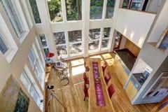 Vue panoramique de salle à manger étonnante dans la maison moderne de lac image stock