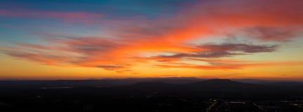 Vue panoramique de scène de coucher du soleil avec des montagnes à l'arrière-plan Images stock