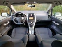Vue panoramique de siège arrière au-dessus de tableau de bord de voiture, affichage de navigation d'écran tactile, transmission m Images libres de droits