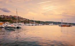 Vue panoramique de soirée du port maritime au coucher du soleil Photo stock