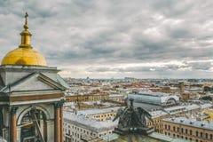 Vue panoramique de St Petersburg de la taille de la cathédrale du ` s de St Isaac avec les anges et la tour de cloche sur le toit Images libres de droits