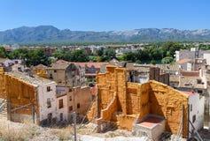 Vue panoramique de Tortosa avec de vieux murs ruinés Images stock