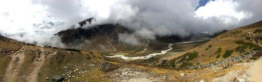 Vue panoramique de traînée de trekking avec River Valley ci-dessous Photographie stock