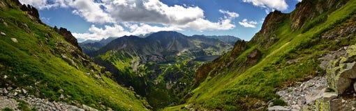 Vue panoramique de vallée de cinq lacs en montagne de Tatra Photo libre de droits
