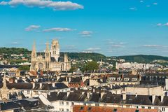 Vue panoramique de vieille ville de Rouen de Gros Horloge ou de tour d'horloge avec la cathédrale et les dessus de toit noirs, No photos stock