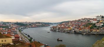 Vue panoramique de vieux ville et Ribeira de Porto Porto au-dessus de rivière de Douro de Vila Nova de Gaia, Portugal photo libre de droits