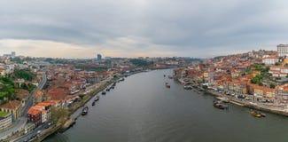 Vue panoramique de vieux ville et Ribeira de Porto Porto au-dessus de rivière de Douro de Vila Nova de Gaia, Portugal photo stock
