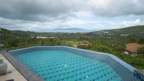 Vue panoramique de villa tropicale le jour nuageux clips vidéos