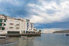 Vue panoramique de village de Cadaques sur l'Espagnol méditerranéen, Cos Photo libre de droits