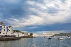 Vue panoramique de village de Cadaques sur l'Espagnol méditerranéen, Cos Images stock