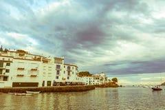 Vue panoramique de village de Cadaques sur l'Espagnol méditerranéen, Cos Image libre de droits