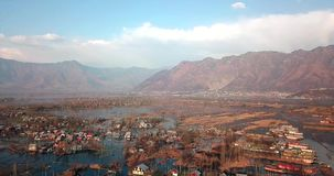 Vue panoramique de village de lac banque de vidéos