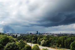Vue panoramique de ville Été, arbres verts et grand nuage bleu Images stock