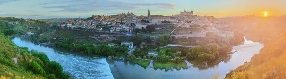 Vue panoramique de ville antique et d'Alcazar sur une colline La Mancha, Toledo, Espagne au-dessus de Tage, Castille Photographie stock libre de droits