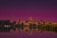 Vue panoramique de ville enchantée de Mantua au coucher du soleil Photographie stock libre de droits