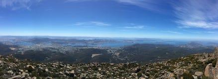 Vue panoramique de ville et de rivière d'une montagne Photographie stock libre de droits