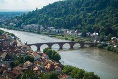 Vue panoramique de ville et de rivière Neckar médiévales d'Heidelberg d'une colline de château Image libre de droits