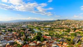 Vue panoramique de ville de Tbilisi de la forteresse de Narikala, de la vieille ville et de l'architecture moderne Tbilisi le cap Photo libre de droits
