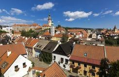 Vue panoramique de ville tchèque Cesky Krumlov Maisons de toit de tuile européennes, une rivière et un pont au-dessus de lui comp photographie stock libre de droits