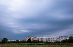Vue panoramique de Vitebsk nuageux, Belarus juste avant la tempête photographie stock