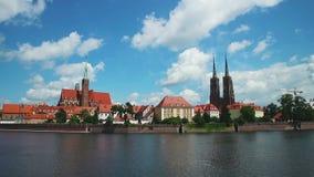 Vue panoramique de Wroclaw avec la rivière d'Odra poland banque de vidéos