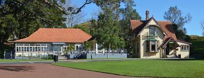 Vue panoramique des bâtiments historiques sur une colline d'arbre, Auckland Image stock