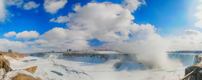 Vue panoramique des chutes du Niagara pendant l'hiver Photo libre de droits