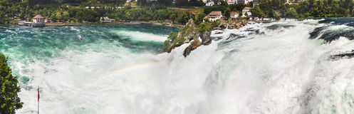 Vue panoramique des chutes du Rhin, Suisse Cascade à écriture ligne par ligne et arc-en-ciel Photographie stock libre de droits