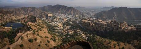 Vue panoramique des collines d'Aravalli, d'Amer, et de l'Amer Fort du fort de Nahargarh, Jaipur, Ràjasthàn, Inde Photographie stock