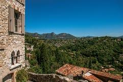 Vue panoramique des collines et de la façade du bâtiment dans le Saint-Paul-De-Vence photos libres de droits