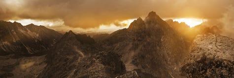 Vue panoramique des crêtes de montagne élevées de Tatra Image stock