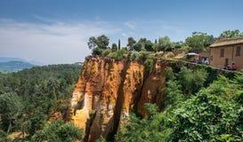 Vue panoramique des falaises ocres rouges autour du village du Comté de Roussillon, Provence photos stock