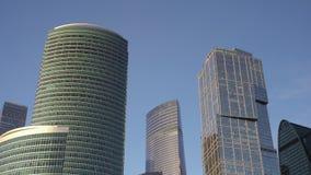 Vue panoramique des gratte-ciel modernes faits de verre Ciel, route, rivière journée banque de vidéos