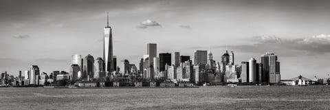 Vue panoramique des gratte-ciel noir et blanc de Lower Manhattan et de New York City Photos stock
