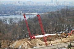 Vue panoramique des grues à tour au travail photos libres de droits