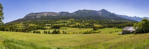 Vue panoramique des montagnes aux les Alpes de Seyne près de Digne en Provence images stock