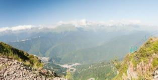 Vue panoramique des montagnes de Caucase dans le jour d'été clair Photographie stock