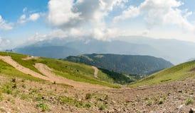 Vue panoramique des montagnes de Caucase dans le jour d'été clair Photo libre de droits
