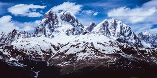 Vue panoramique des montagnes de Caucase Ushba Images stock