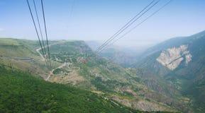 Vue panoramique des montagnes, de la forêt et de l'horizon Vue supérieure du paysage, des ailes de funiculaire de Tatev Images stock