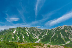 Vue panoramique des montagnes en été photos stock