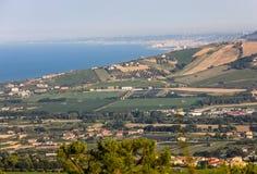 Vue panoramique des oliveraies et des fermes sur Rolling Hills de l'Abruzzo et à l'arrière-plan la Mer Adriatique photographie stock libre de droits
