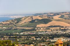 Vue panoramique des oliveraies et des fermes sur Rolling Hills de l'Abruzzo photographie stock libre de droits