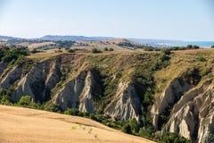 Vue panoramique des oliveraies et des fermes sur Rolling Hills de l'Abruzzo photo libre de droits