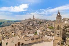 Vue panoramique des pierres typiques Sassi di Matera et de l'église de M Photographie stock libre de droits