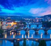 Vue panoramique des ponts de Prague au-dessus de rivière de Vltava Photo libre de droits