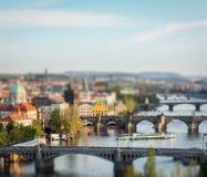 Vue panoramique des ponts de Prague au-dessus de rivière de Vltava Photographie stock libre de droits
