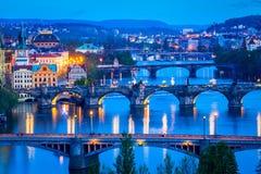 Vue panoramique des ponts de Prague au-dessus de rivière de Vltava Photos stock