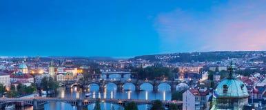 Vue panoramique des ponts de Prague au-dessus de rivière de Vltava de Letná P Photographie stock