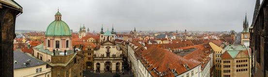 Vue panoramique des toits de rouge de Prague Photos stock